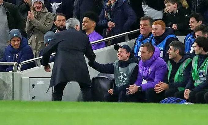 Jose Mourinho bắt tay Callum Hynes. Ảnh: Reuters