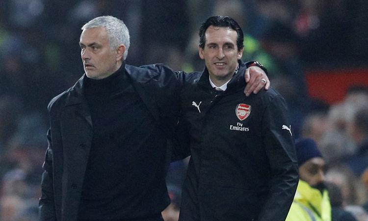 Mourinho (trái) từng đối đầu Emery một lần ở Ngoại hạng Anh, đầu mùa 2018-2019. Ảnh: Reuters.