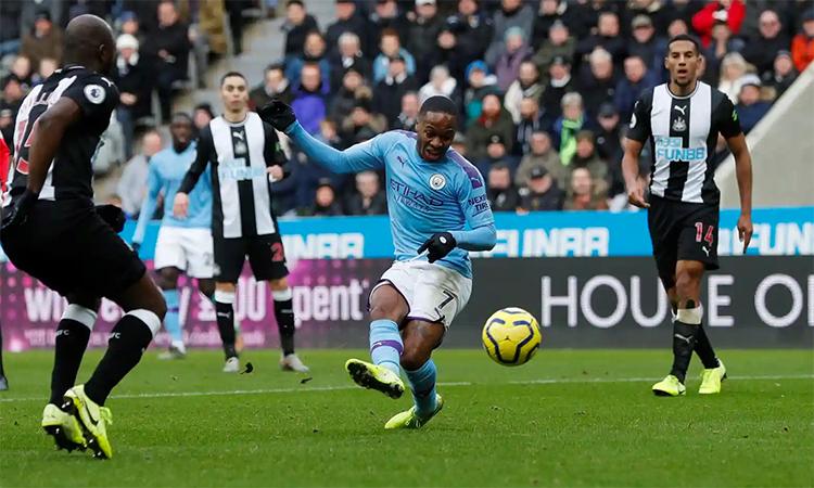Bàn mở tỷ số của Sterling là tình huống hiếm hoi Man City tìm thấy khe hở trong hệ thống phòng ngự Newcastle. Ảnh: Reuters.