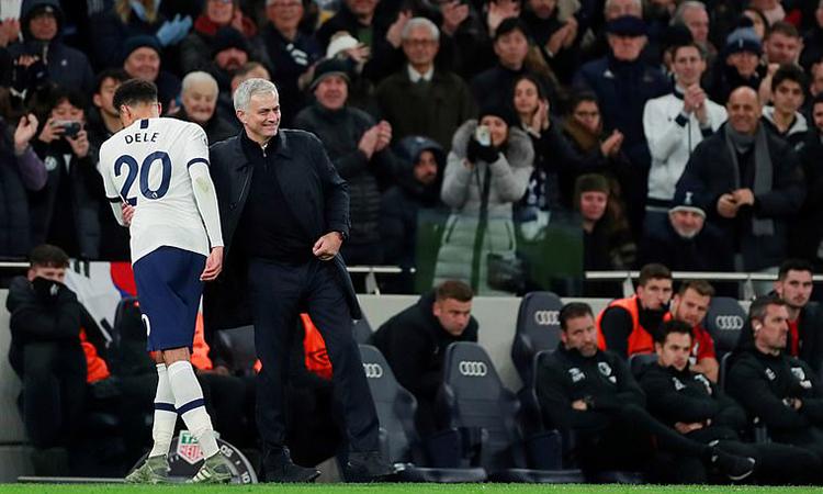 Mourinho cử chỉ thân mật với Alli khi rút học trò khỏi sân vào cuối trận. Ảnh: Reuters.
