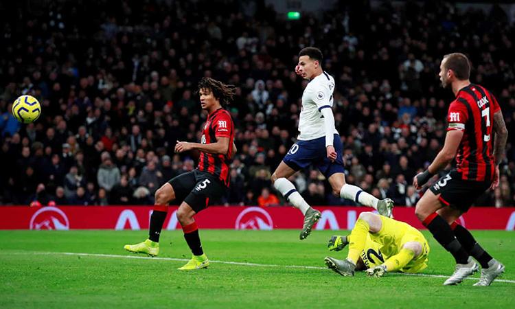 Alli dứt điểm kỹ thuật, qua người thủ môn Bournemouth. Ảnh: Reuters.