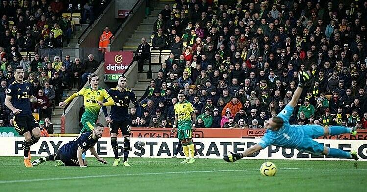 Cantwell (tóc vàng) ghi bàn trận thứ hai liên tiếp cho Norwich. Ảnh: Reuters.