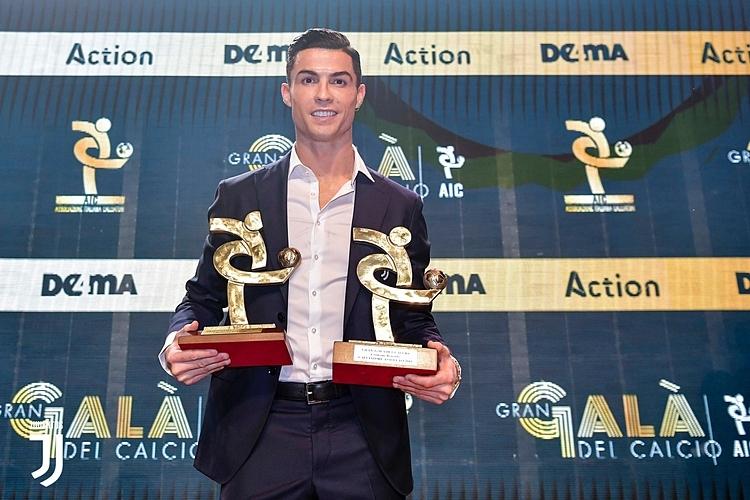 Ronaldo nhận danh hiệu Cầu thủ hay nhất Serie A 2019. Ảnh: Juventus.com.