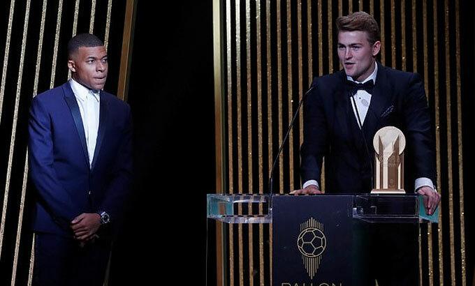 Mbappe trao giải năm nay cho De Ligt. Ảnh: Reuters