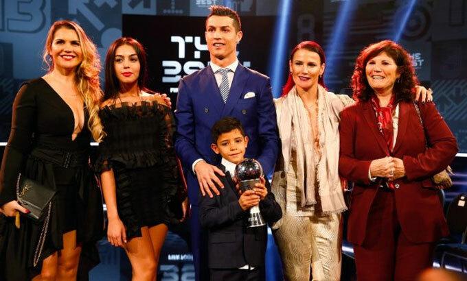 Katia (thứ hai từ phải sang) chia vui cùng Ronaldo và gia đình tại giải The Best 2016. Ảnh: Reuters