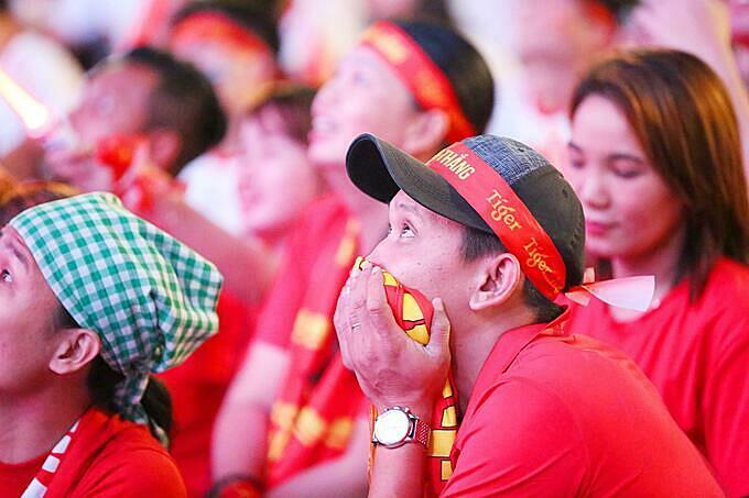 Các cổ động viên tỏ ra lo lắng khi chứng kiếncác tuyển thủ đảo quốc sư tử liên tục ép sân và gây ra nhiều tình huống nguy hiểm, đặc biệt là pha sút phạt sệt ở phút 16 khiến thủ môn Văn Toản cần tới hainhịp mới bắt được bóng. Chỉ 5 phút sau pha cản phá cú sút phạt trực tiếp nói trên, thủ môn Văn Toản lại phải bật cao đẩy bóng an toàn trong một tình huống tạt bóng khá nguy hiểm từ cánh trái. Liên tiếp sau đó, U22 Singapore tận dụng tối đa những pha bóng bổng và sút xa nhưng vẫn không thể làm khó thủ thành 20 tuổi của U22 Việt Nam.