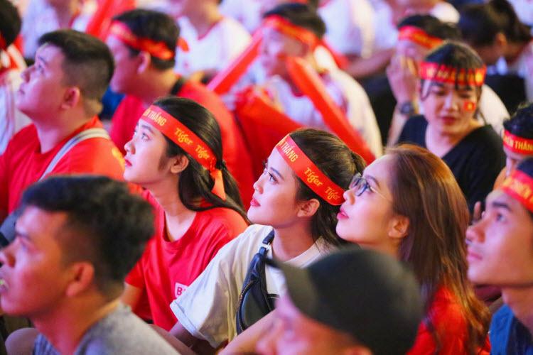 Thế trận chỉ thật sự đảo chiều ở hiệp thi đấu thứ hai,Tiến Linh vào sân đã được các đồng đội trao cho hàng loạt cơ hội. Nhưng trong tư thế không mấy thuận lợi, tiền đạo mang áo số 22 chưa thể làm rung lưới U22 Singapore.