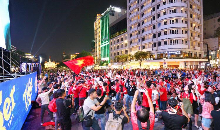 Đến phút 84, từ một quả đá phạt góc bên cánh phải của Triệu Việt Hưng, Đoàn Văn Hậu bật cao đánh đầu truyền bóng ngược vào trong cho Hà Đức Chinh nhảy lên ghi bàn. Bàn thắng gần cuối trậnđã khiến các cổ động viênbùng nổ.