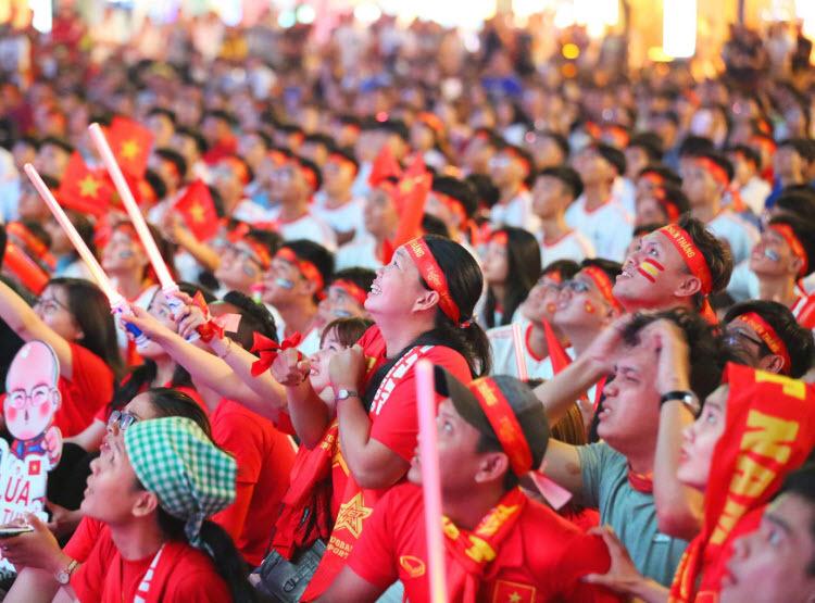 Phố đi bộ Nguyễn Huệvang lên nhiều âm thanh rộn ràngsau bàn thắng quan trọng ở phút 84 của Hà Đức Chinh. Chưa muốn dừng lại ở tỷsố 1-0, U22 Việt Nam vẫn tiếp tục đẩy cao đội hình tấn công. Tuy nhiên, khi tiếng còi mãn cuộc vang lên, U22 Việt Nam vẫn chưa thể nâng cao cách biệt. Kết thúc trận đấu, U22 Việt Nam đã giành trọn 12 điểm sau 4 trận với hiệu số bàn thắng là +13, giữ vững vị trí đầu bảng B.