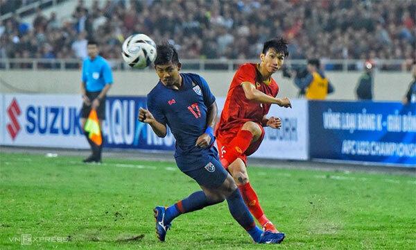 Đoàn Văn Hậu trong một tình huống leo biên trận Việt Nam – Thái Lan tại vòng loại U23 châu Á 2020 hôm 26/3. Ảnh: Giang Huy.