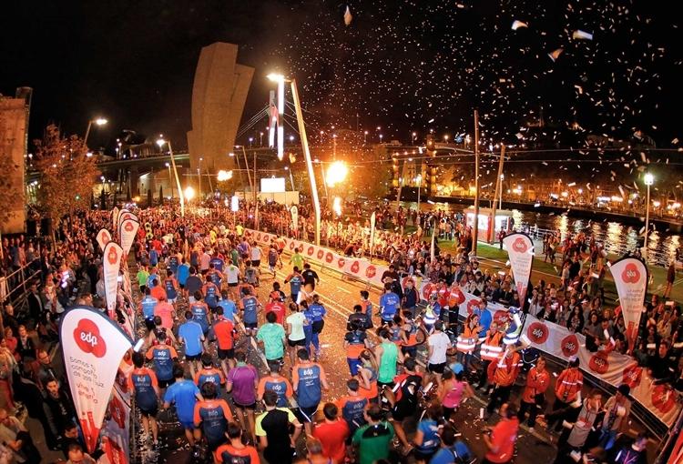 Người dân chào đón các vận động viên trong suốt hành trình chạy bộ tại giải Bilbao Night Marathon.