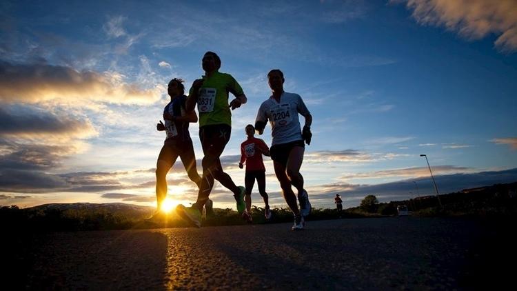 Các vận động viên chạy trong đêm trắng tại Tromso