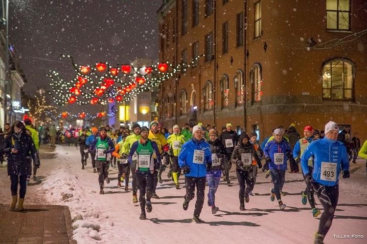 Polar Night Halfmarathon mang đến trải nghiệm chạy đêm trên đường xích đạo.
