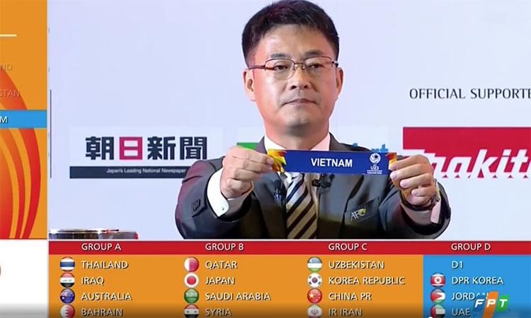 Giám đốc điều hành AFC,Shin Man Gil giơ lá thăm ghi tên Việt Nam.