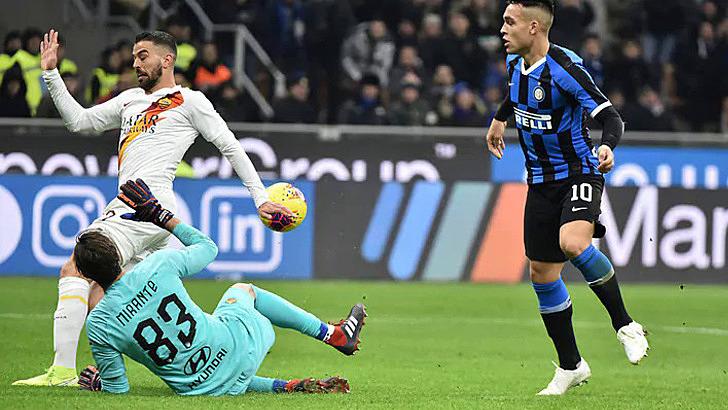 Hàng thủ Roma chơi tốt khiến Inter không thể thắng trận thứ 13 từ đầu mùa. Ảnh: Tuttosport.