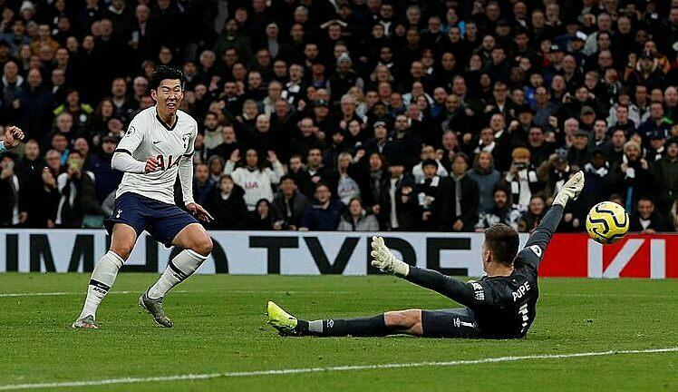 Son ghi bàn sau 12 lần chạm bóng liên tiếp. Ảnh: Reuters.