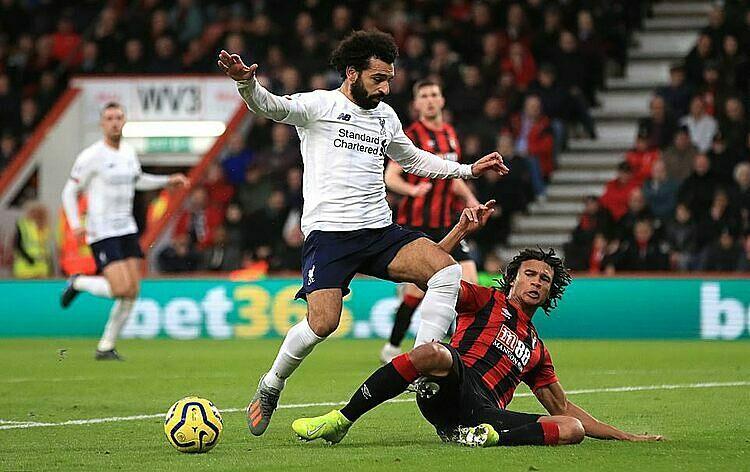 Salah (trắng) tỏa sáng trong ngày Mane vắng mặt. Ảnh: Reuters.