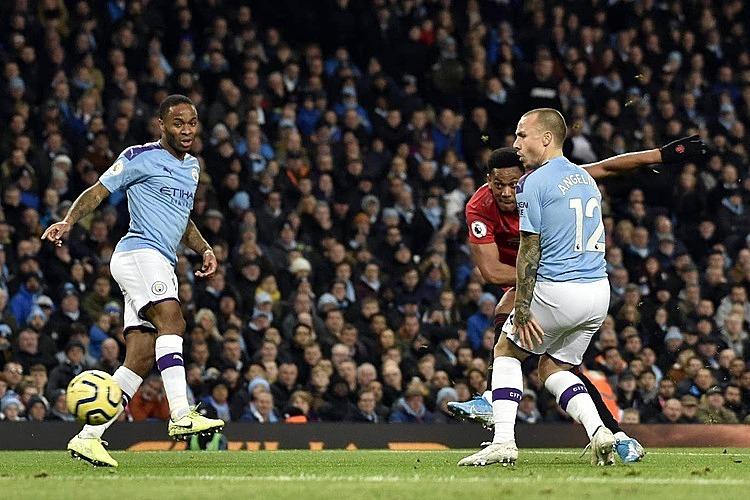 Martial (đỏ) nâng tỷ số lên 2-0. Ảnh: PA.
