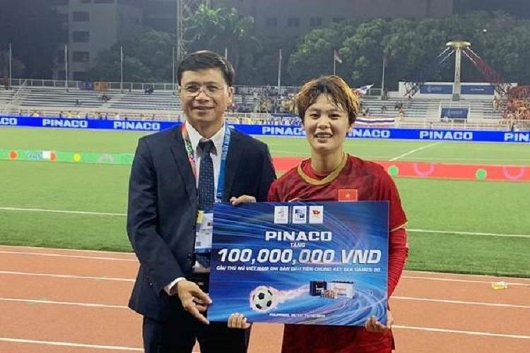 Ông Nguyễn Hoàng Thành - đại diệnPinacotrao thưởng 100 triệu đồng cho cầu thủ Hải Yến ngay sau trận chung kết.