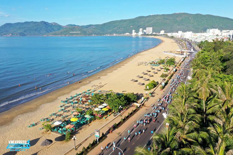 Cung đường biển đẹp như tranh của TP Quy Nhơn là nơi diễn ra chặng đua VnExpress Marathon Quy Nhơn 2020.