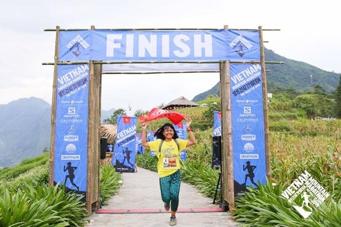 Khánh Ly rạng rỡ khi chinh phục đường chạy 42 km.