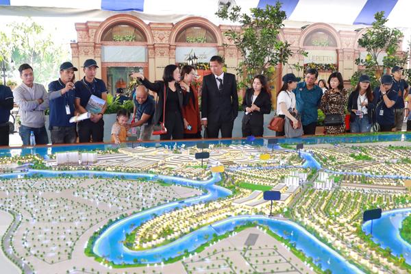 Anh Đức tham quan khu vực triển lãm dự án khu đô thị sinh thái Aqua City và quyết định đầu tư thêm một căn shophouse tại đây vì tiềm năng sinh lời cao. Ảnh: Phương Thanh.