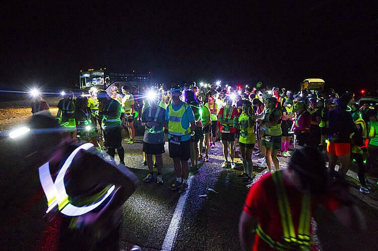 Các vận động viên được trang bị mũ có gắn đèn vào áo phản quang khi tham gia một giải marathon đêm.Ảnh: Triathlon magazine.