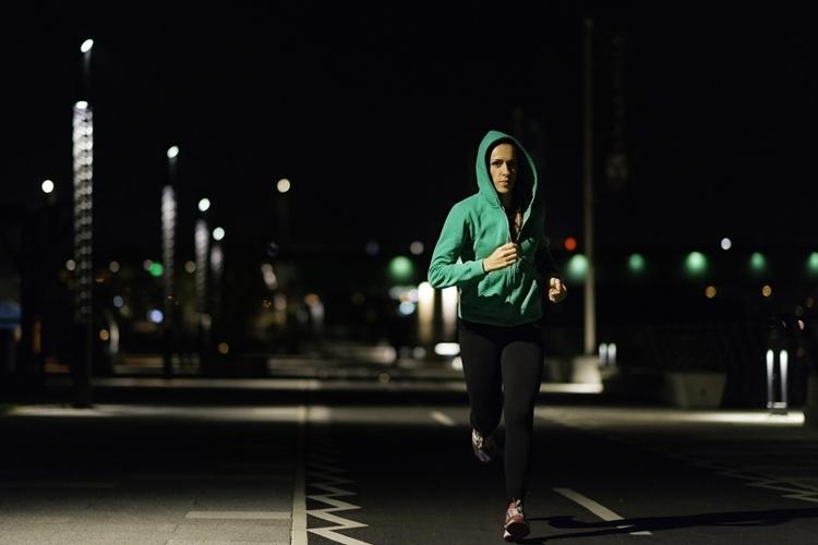 Không gian yên tĩnh buổi tối sẽ giúp các vận động viên tập trung vào nhịp thở và kỹ thuật chạy. Ảnh: Triathlon magazine.