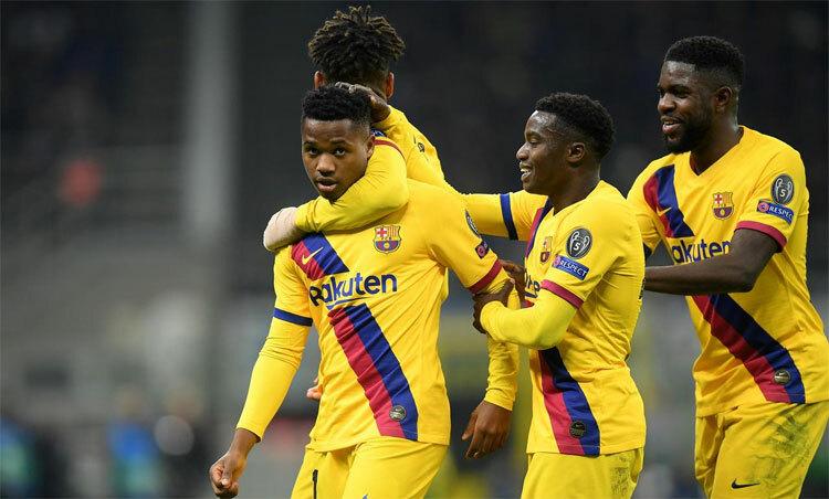 Đồng đội chúc mừng Fati (trái) sau cú dứt điểm vào lưới Inter. Ảnh: Reuters