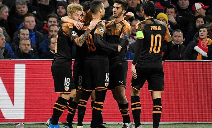 CĐV Ajax chết lặng vì Valencia. Ảnh: Reuters