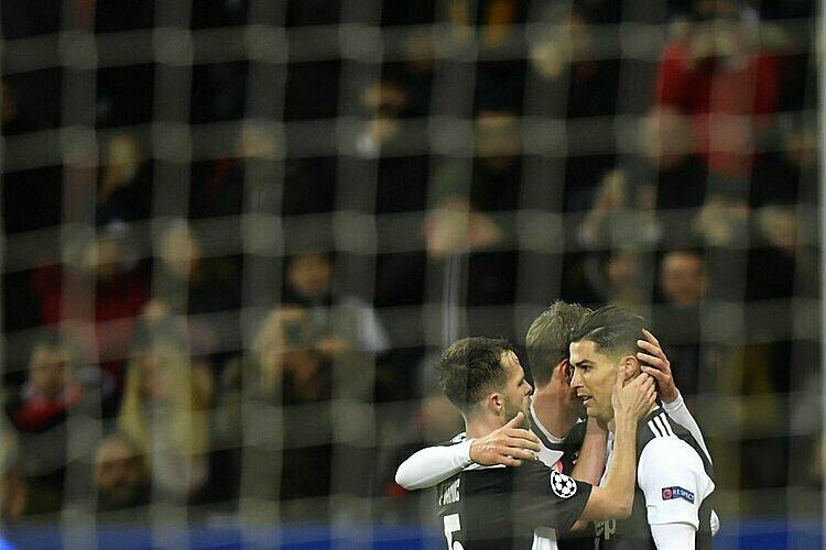 Đồng đội mừng bàn thắng cùng Ronaldo. Ảnh: AP.