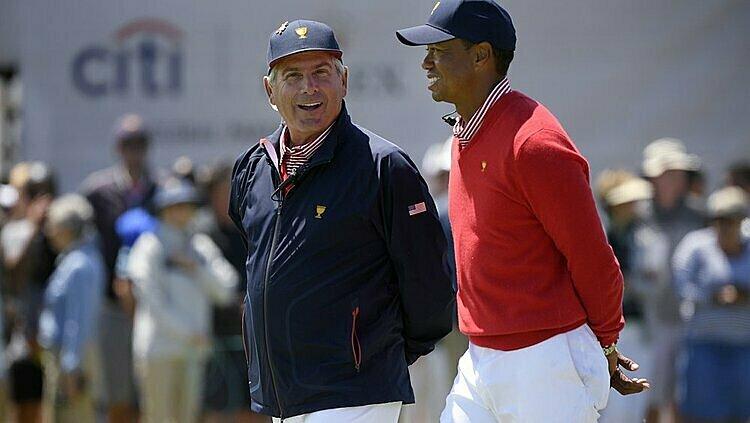 Woods (phải) trò chuyện cùng Fred Couples trên sân Royal Melbourne. Ảnh: AP.