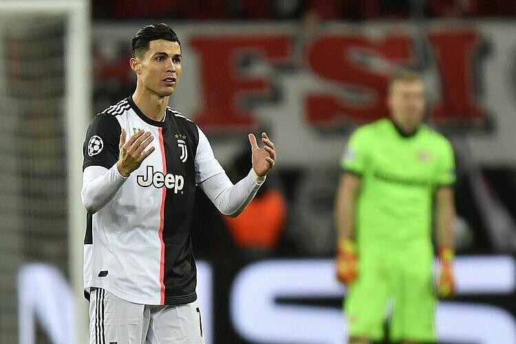 Ronaldo không vui khi bỏ lỡ cơ hội trong hiệp một. Ảnh: AP.