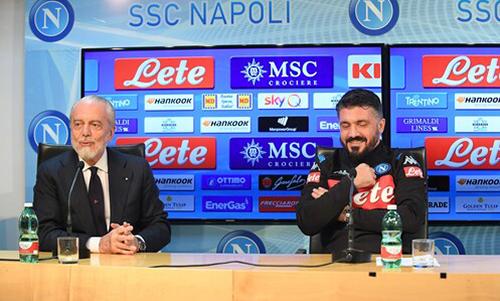 Gattuso (phải) bên cạnh Chủ tịch Napoli trong buổi họp báo. Ảnh: SSC Napoli.