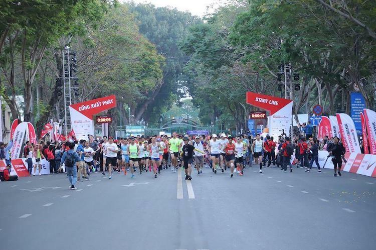 Vận động viên xuất phát ở giải marathon quốc tế Techcombank.