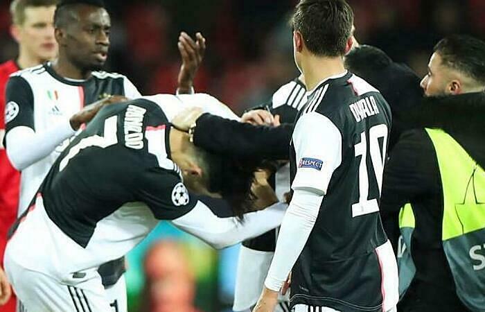 Ronaldo bất ngờ bị túm cổ ở cuối trận gặp Leverkusen. Ảnh: AP.