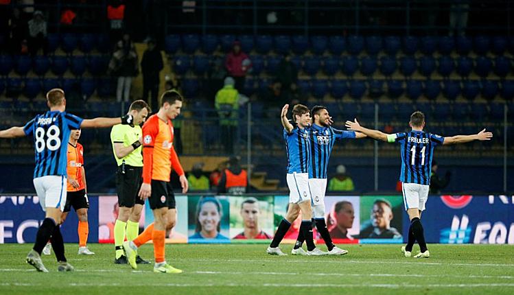 Atalanta (xanh) giành vé vào vòng knock-out Champions League. Ảnh: Reuters.