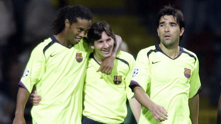 Ronaldinho (trái) bên cạnh Messi (giữa) và Deco ở Barca. Ảnh: Reuters.