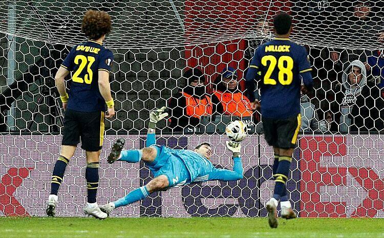 Martinez (xanh) thua hai bàn thiếu may mắn ở hiệp hai. Ảnh: Reuters.