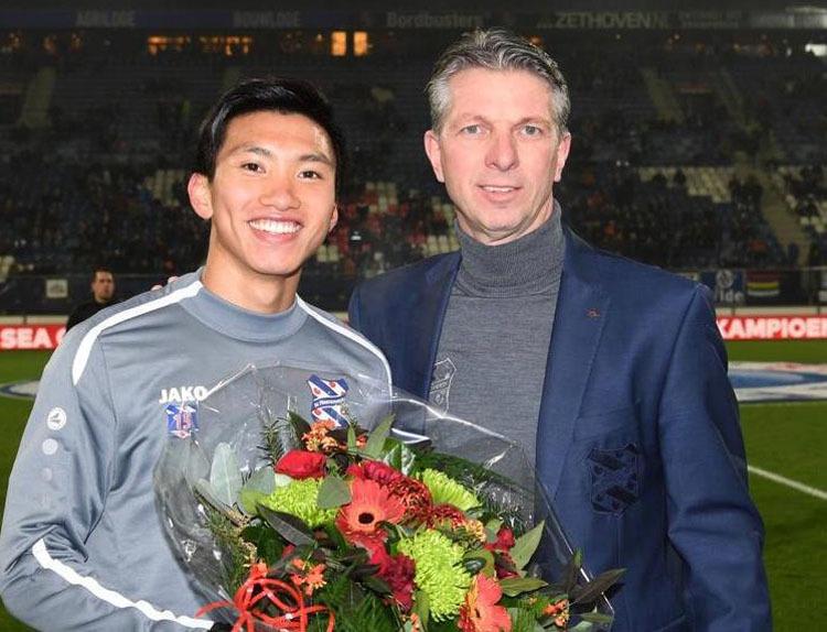 CLB Heerenveen tặng hoa chúc mừng Đoàn Văn Hậu sau thành công tại SEA Games 30.