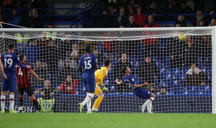 Pha cứu bóng không thành công của Azpilicueta trong tình huống dẫn tới bàn thắng duy nhất của trận đấu. Ảnh: Reuters.