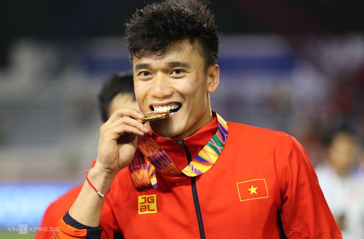 Bùi Tiến Dũng ăn mừng giành HC vàng SEA Games 30 trên sân Rizal Memorial ngày 10/12. Ảnh: Đức Đồng