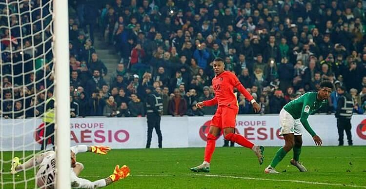 Mbappe (áo cam) ấn định chiến thắng ở cuối trận. Ảnh: Reuters.