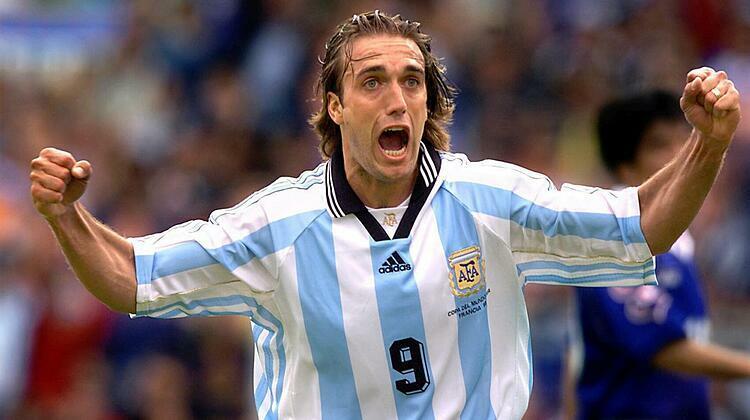 Batistuta, tính đến tháng 6/2016, vẫn là chân sút hay nhất lịch sử tuyển Argentina, trước khi bị Messi vượt lên độc chiếm kỷ lục này. Ảnh: EFE.