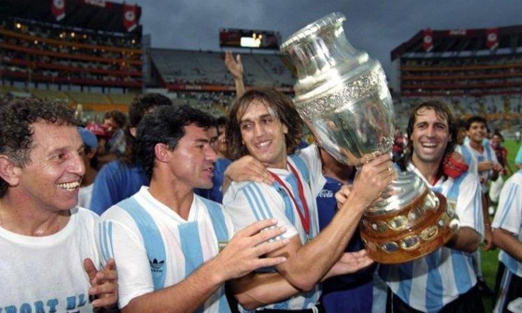 Batistuta và thế hệ của anh năm 1993 là những người gần nhất giúp bóng đá Argentina đoạt một danh hiệu lớn ở cấp ĐTQG - với chức vô địch Copa America. Ảnh: Canalnet.