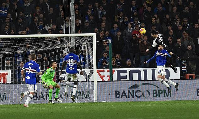 Ronaldo bật cao 2m56 - tức cao hơn 0,22 mét so với chiều cao phổ biến 2,44 métcủa xà ngang khung thành, khi đánh đầu ghi bàn. Ảnh: PA.