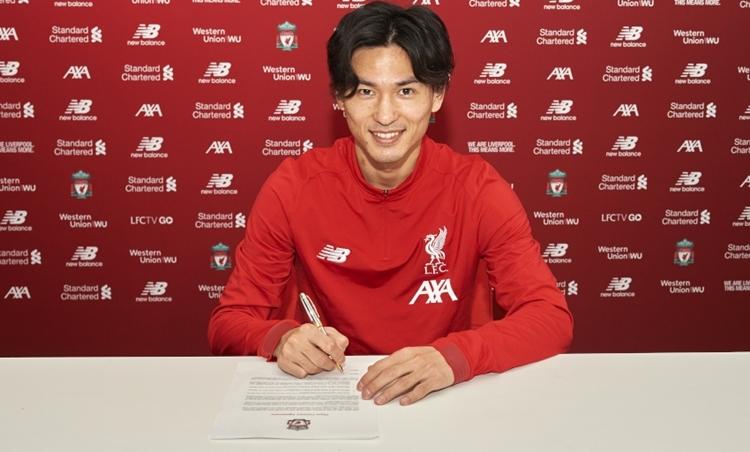 Minamino trong buổi ký hợp đồng với Liverpool hôm thứ Tư 18/12. Ảnh: Liverpool FC.