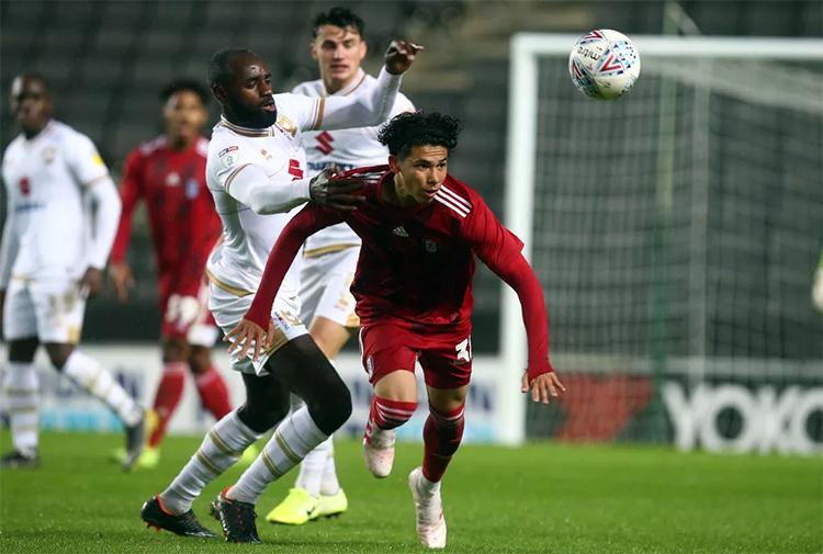 Ben Davis (áo đỏ) từng khoác áo các đội trẻ U16, U18 và U19 Singapore.