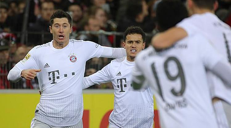 Lewandowski (trái) đã ghi 30 bàn trên mọi đấu trường mùa này. Ảnh: EPA.