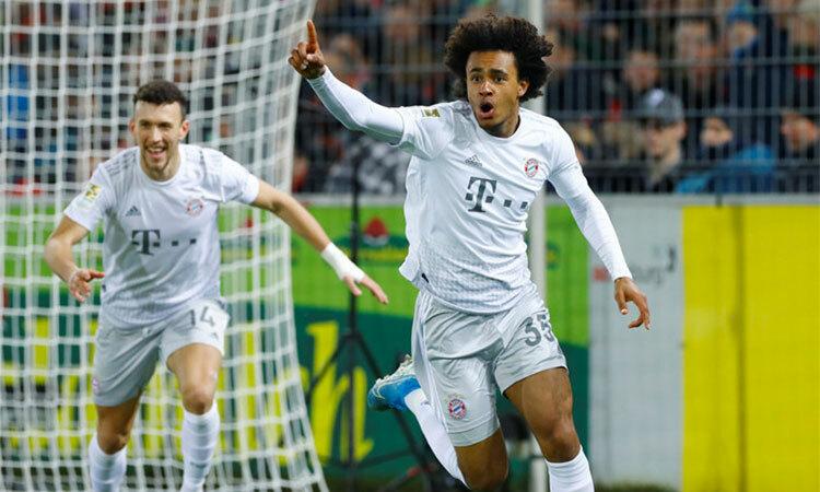 Zirkee (số 35) ghi bàn ngay cú chạm bóng đầu tiên ở Bundesliga. Ảnh: AFP & Reuters.